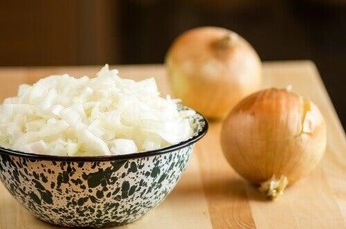 Miska pokrojonej cebuli i cała