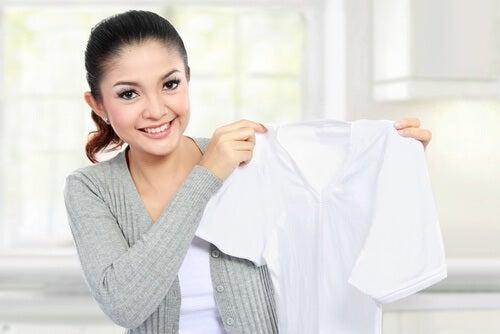 Tłuste plamy na ubraniach. Czym je usunąć?