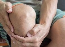 Dłonie obejmują kolano
