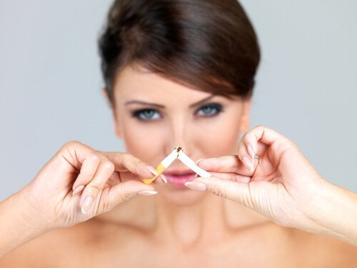 Kobieta łamie papierosa