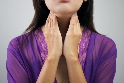Kobieta bada szyję - tarczyca
