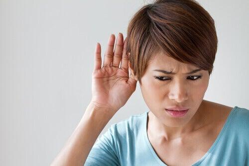 Kobieta cierpiąca na ubytek słuchu