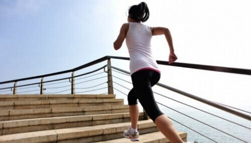 Kobieta wbiega po schodach.