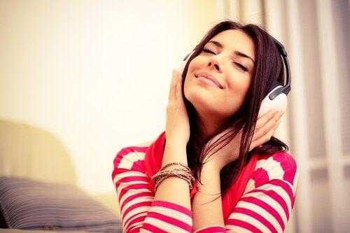 Kobieta używa słuchawek do słuchania muzyki