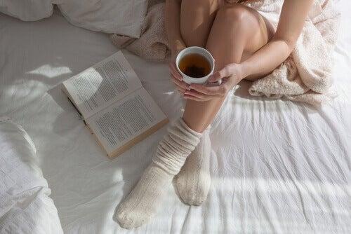 Kobieta w łóżku ma grube skarpety