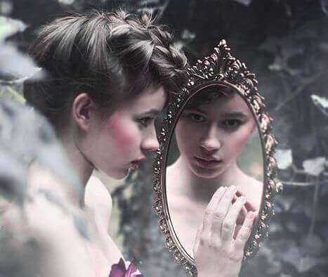 Kobieta w lustrze