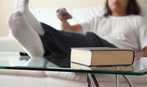Leń przed telewizorem i książka