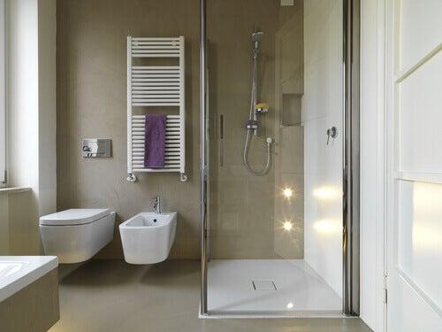 Narożny prysznic, a mała łazienka