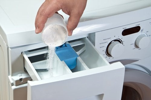 Wsypywanie proszku do dozownika w pralce