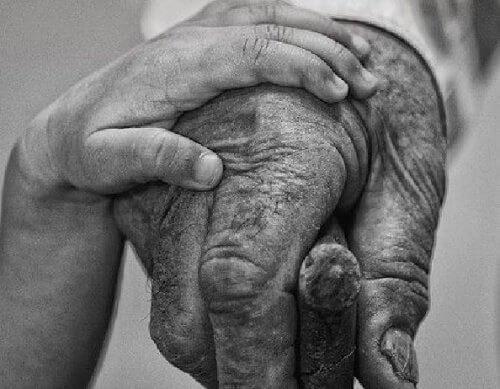 Wnuk trzyma dziadka za rękę