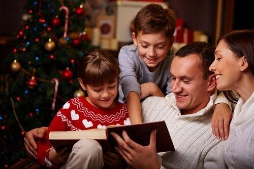 nie lubię świąt - mężczyzna czytający dzieciom książkę w Boże Narodzenie