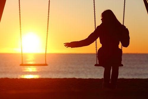 Samotna kobieta na huśtawce