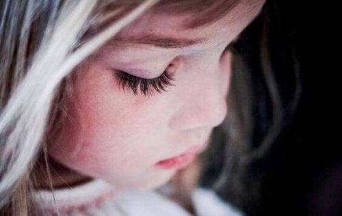 Hiper-rodzicielstwo odbiera dzieciom radość