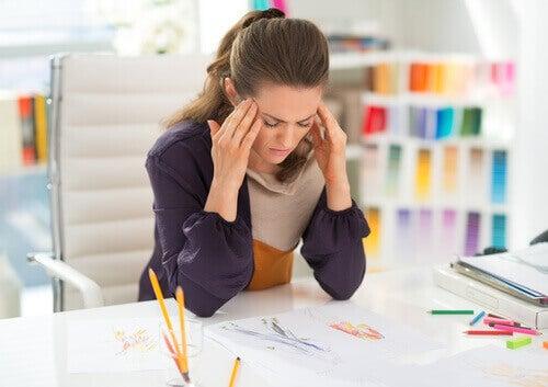 Kobieta z bólem głowy w pracy