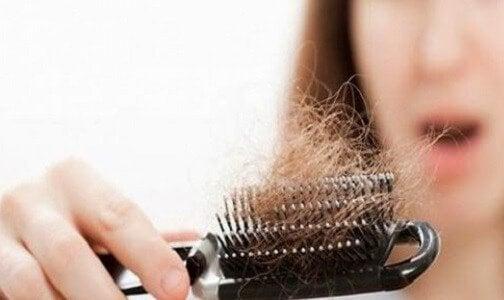 Włosy na szczotce - wypadanie włosów