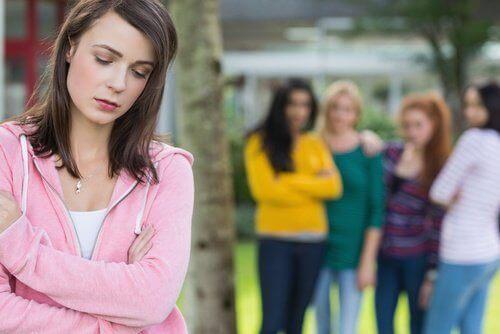 Dziewczyna odrzucona przez kolegów