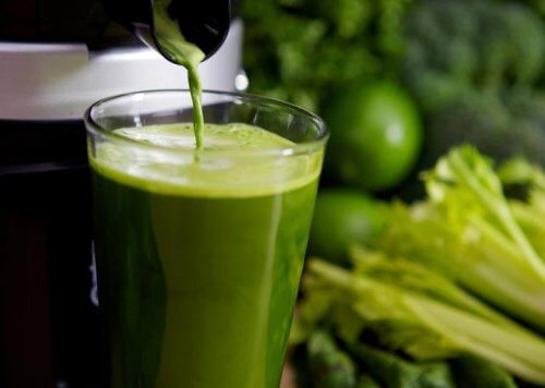 Zielony koktajl z selera naciowego