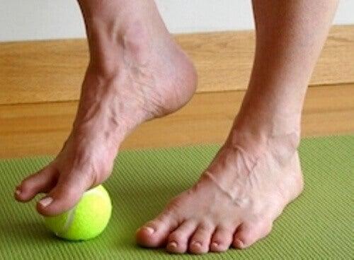 Masowanie stóp piłeczką tenisową