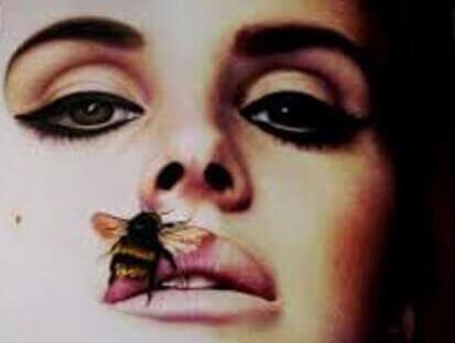 Kobieta z muchą na ustach