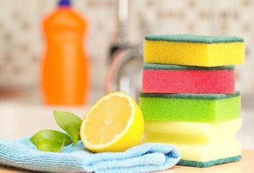 Cytryna i gąbki do zmywania naczyń