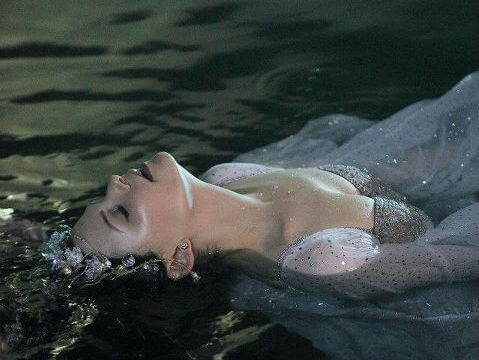 Kobieta unosi się na wodzie