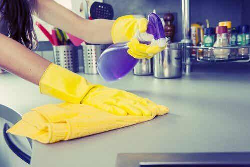 Co czyścić w domu? Oto 8 artykułów gospodarstwa domowego