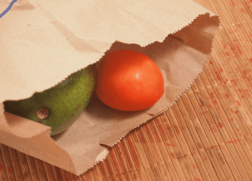 Awokado i pomidor w papierowej torbie