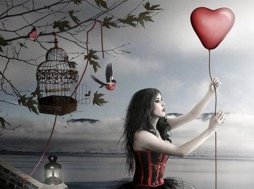 Kobieta trzyma balon w kształcie serca - miłośc do siebie