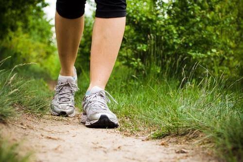 Nogi na ścieżce - depresja może zostać złagodzona przez spacer