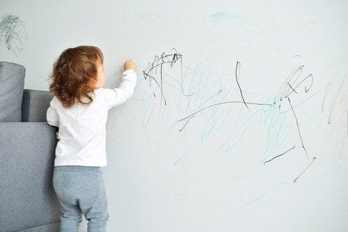 Dziecko malujące po ścianie