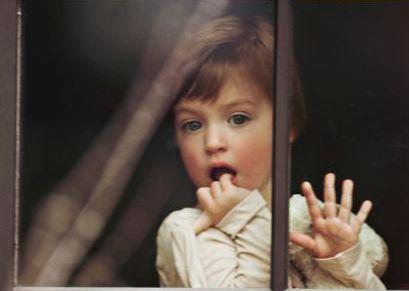 Dziewczynka w oknie