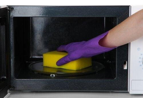 Użycie gąbki do naczyń do czyszczenia mikrofalówki
