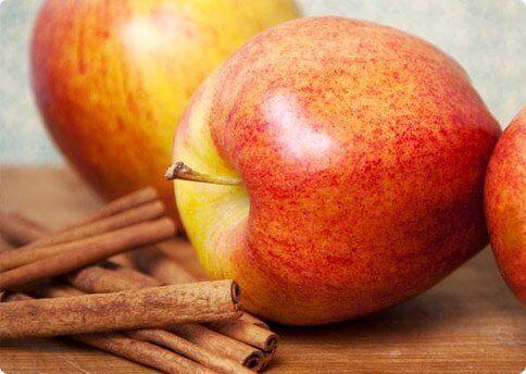 jabłko i laski cynamonu