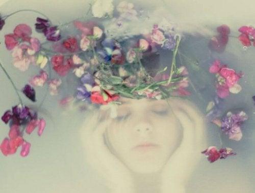 Kobieta z głową w kwiatach