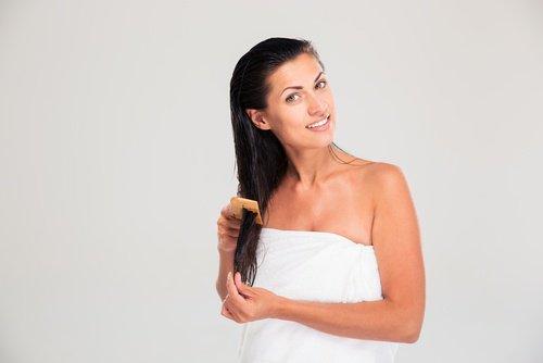 Kobieta myje włosy