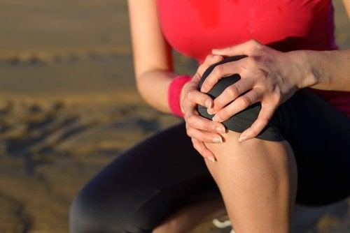 Kobieta z obolałym kolanem