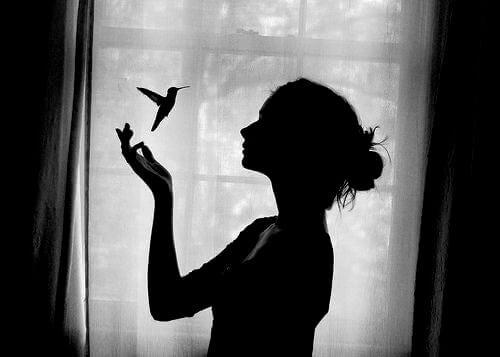 Cień kobiety z ptakiem