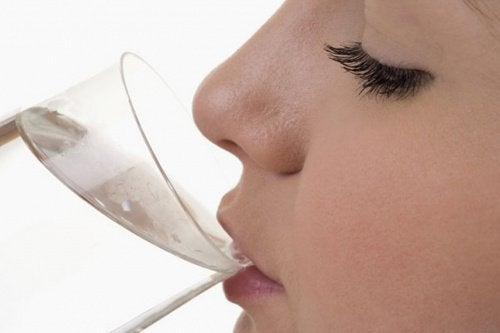 kobieta pijaca wodę