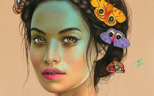 kobieta i motyle we włosach