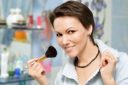 Malująca się kobieta
