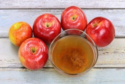 Szklanka octu i jabłka.