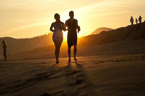 Para biega po plaży