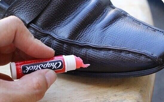 Zabezpieczanie skóry butów pomadka