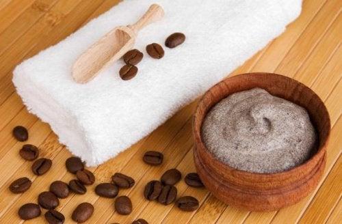 Ziarenka kawy i słoik kremu.