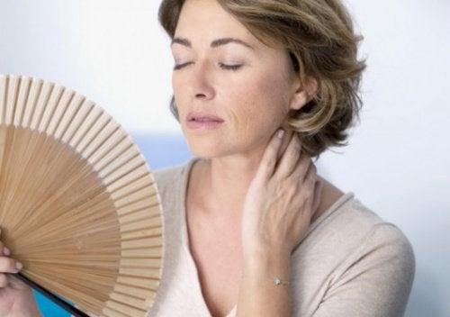 Kobieta z wachlarzem, uczucie gorąca, menopauza