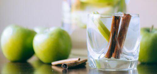 zielone jabłka z cynamonem