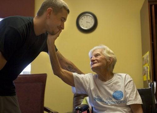 Staruszka dotyka twarzy mężczyzny