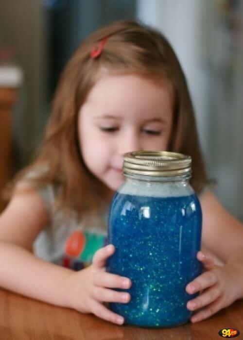Dziewczynka patrzy w słoik spokoju - metody montessori