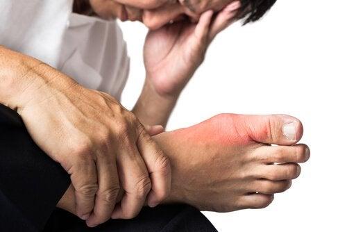 ból w stopie - picie wody cytrynowej eliminuje kwas moczowy