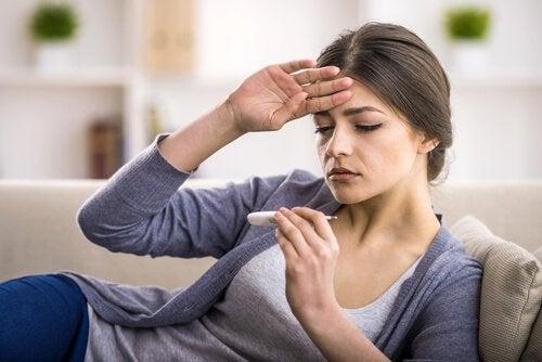Kobieta mierzy gorączkę